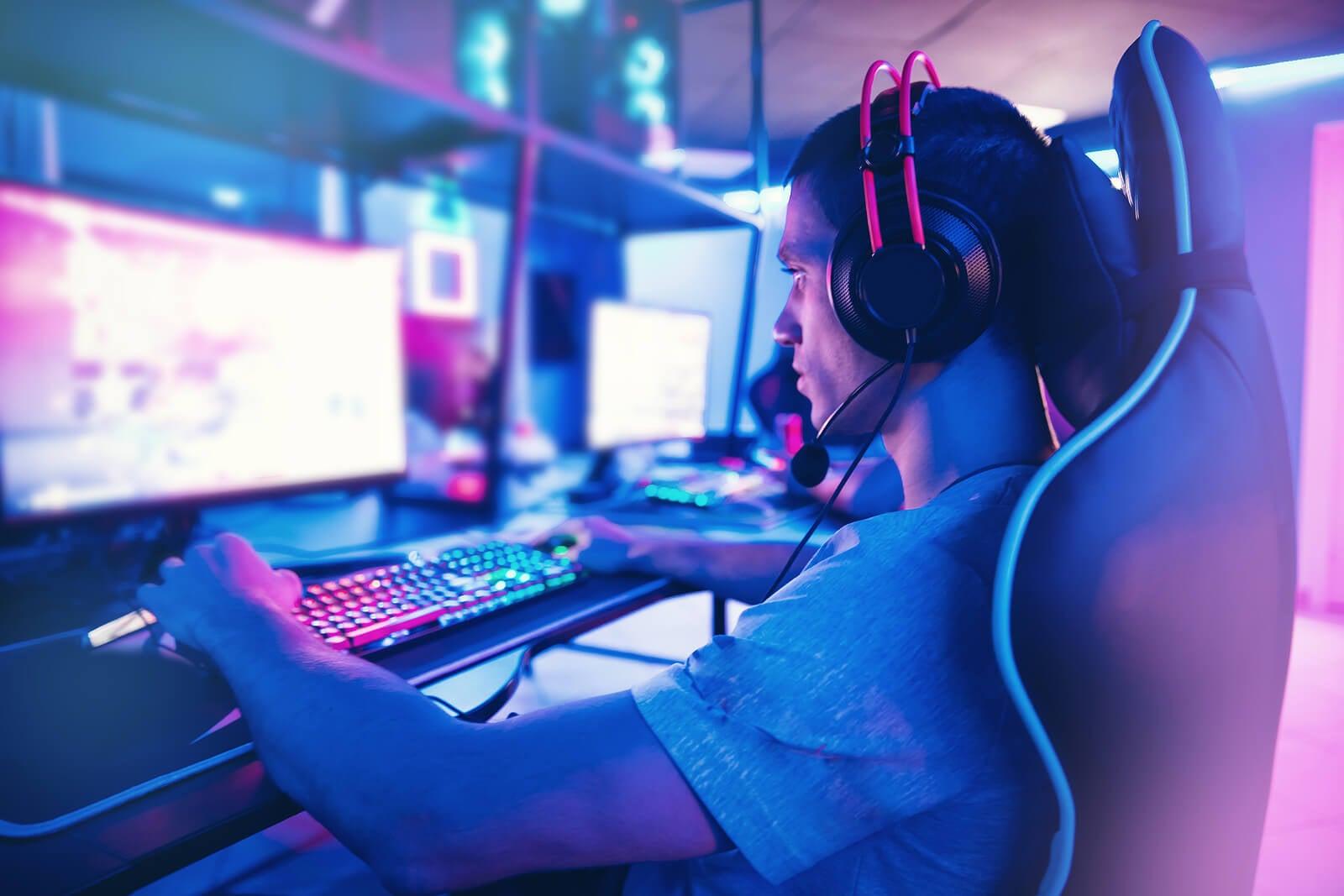 Chico adolescente practicando con videojuegos porque quiere ser gamer.