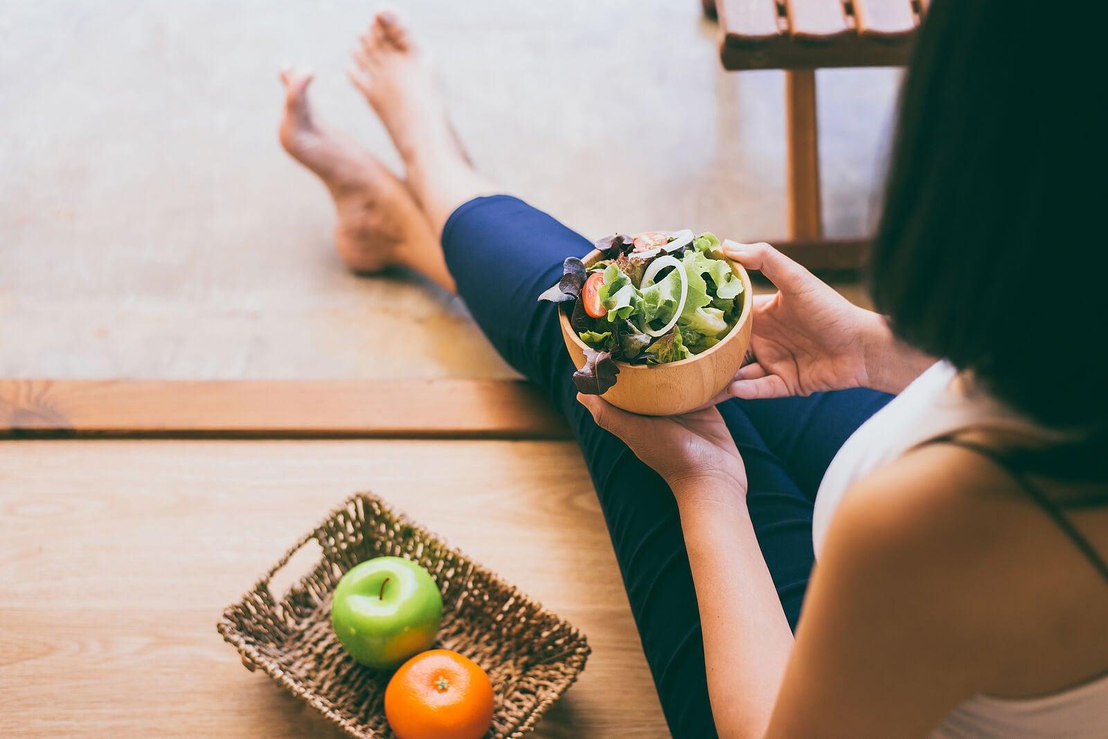 Mujer embarazada comiendo saludable para tener un buen aporte de vitamina a.
