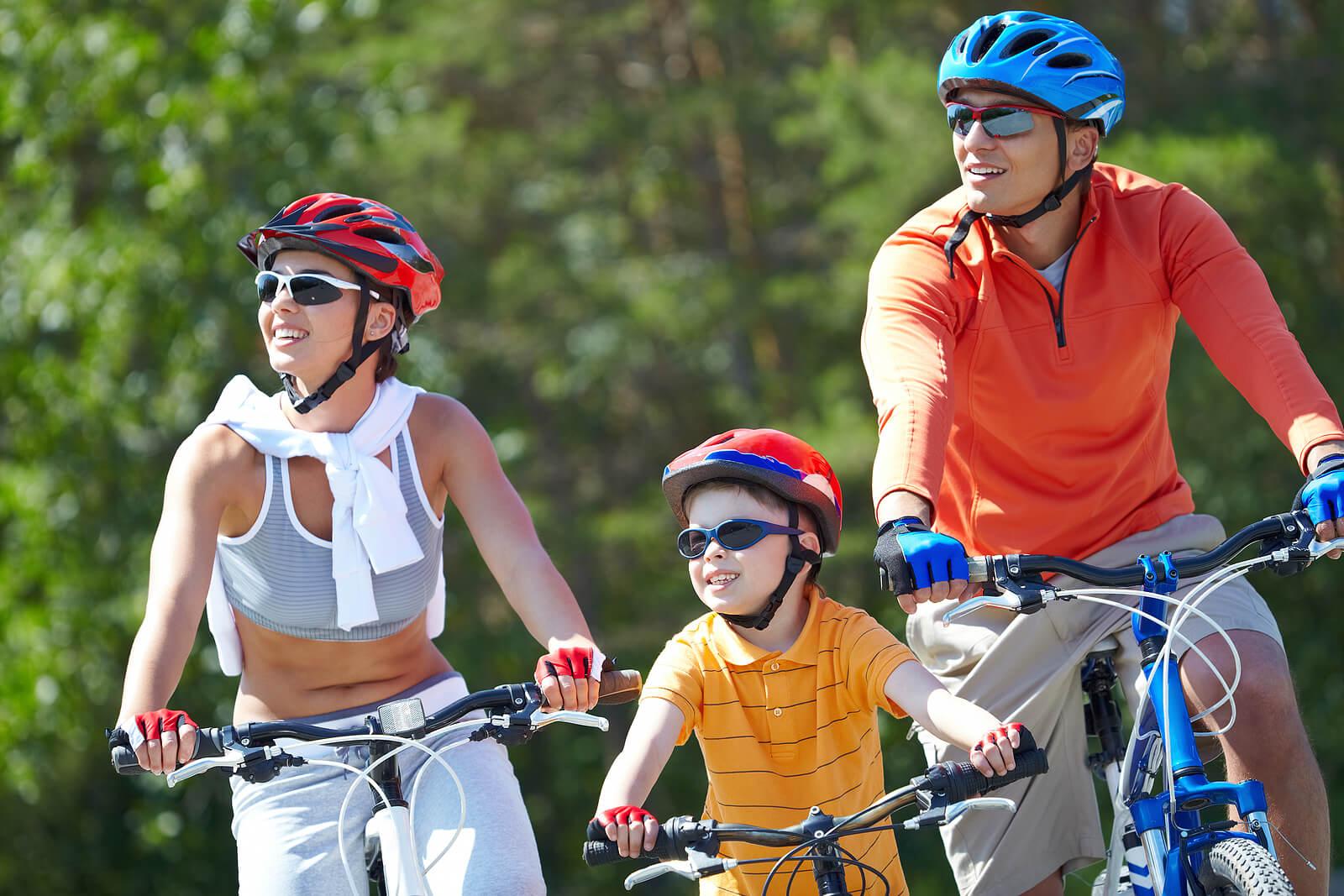 Familia practicando deporte para que los niños estén activos.