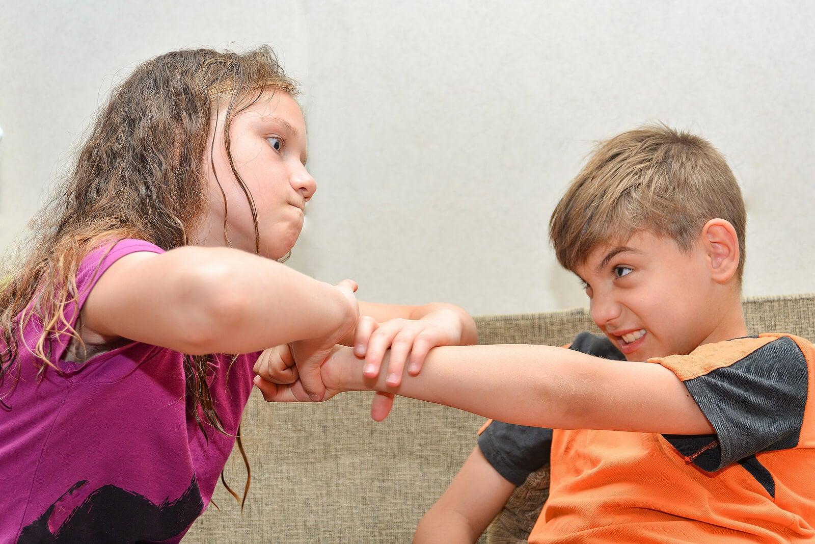 Hermanos enfadados peleando.