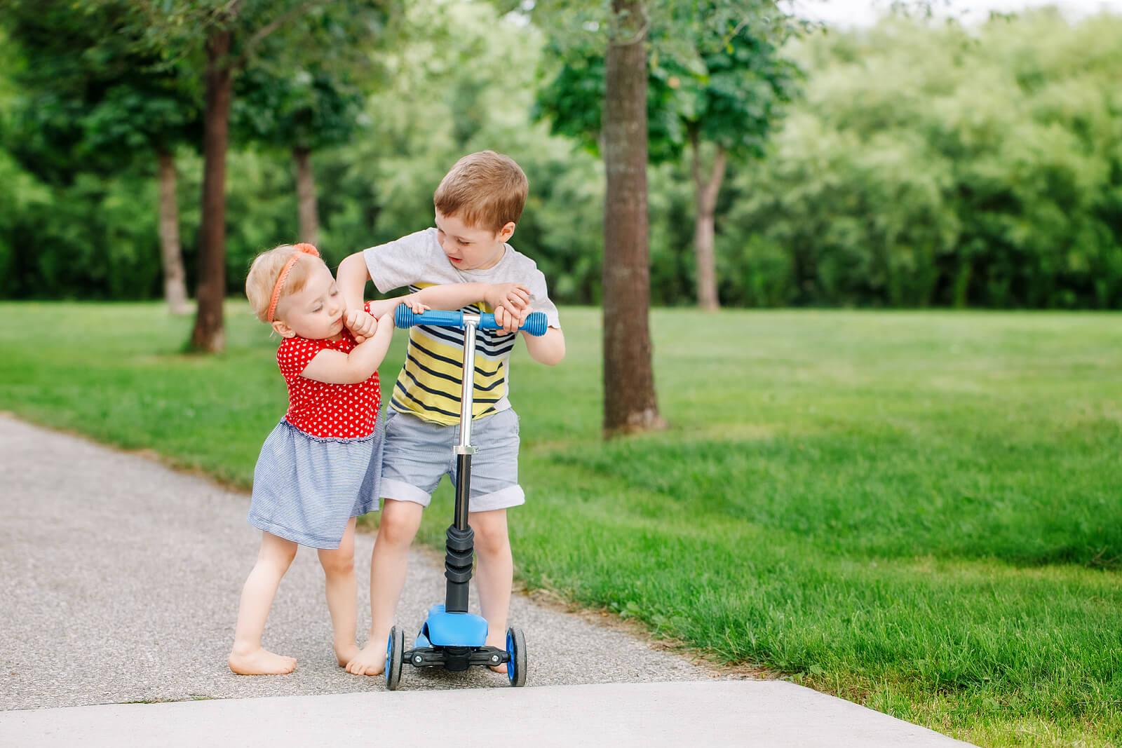 Hermanos peleando por un patinete.