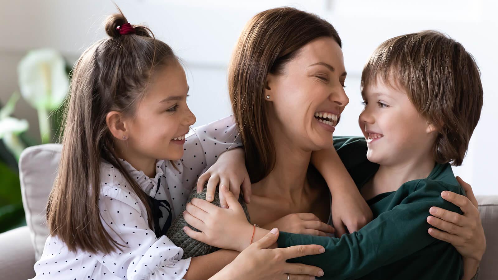 Madre abrazando y dedicando frases de amor a sus hijos.