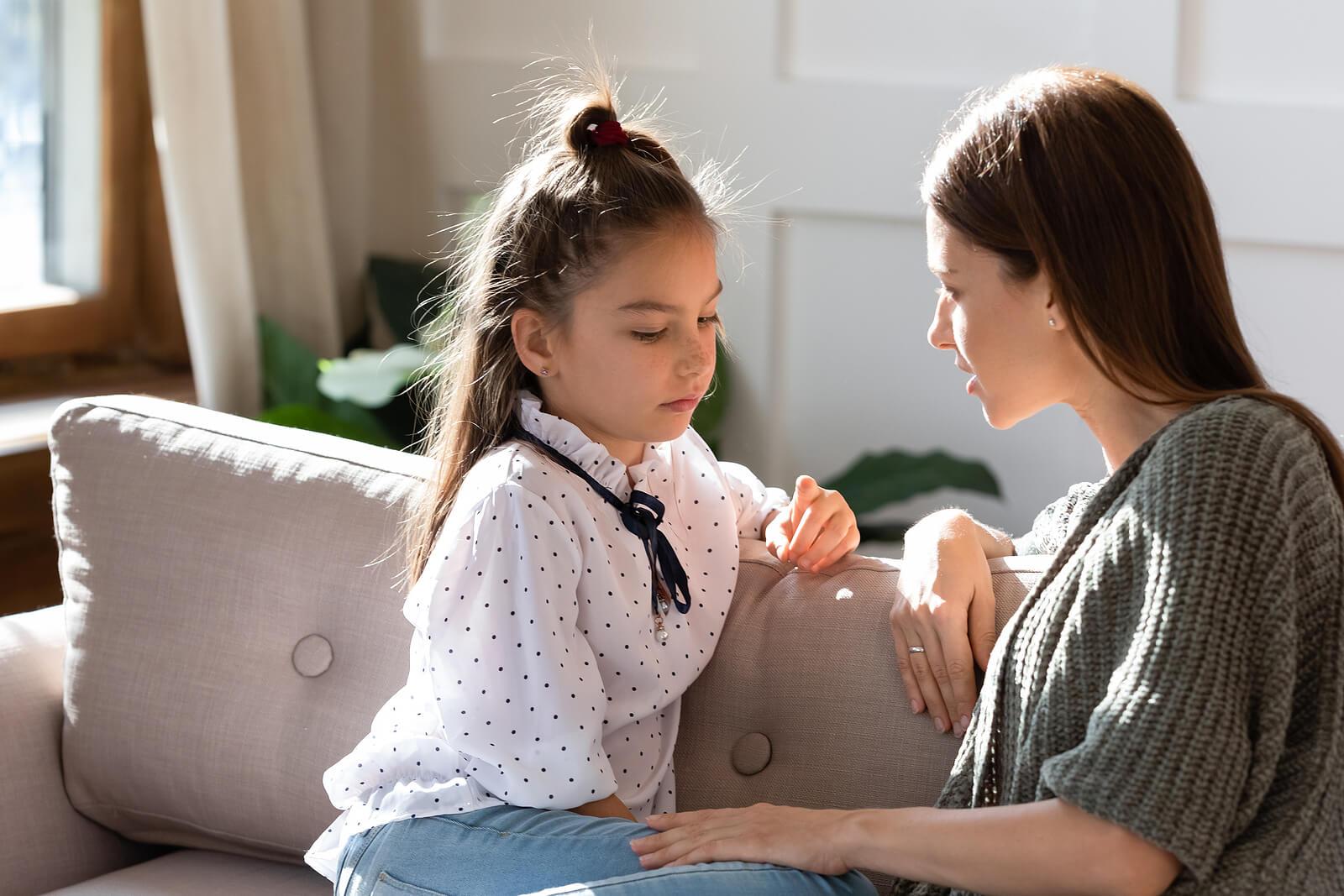 Madre hablando con su hija sobre el cáncer.