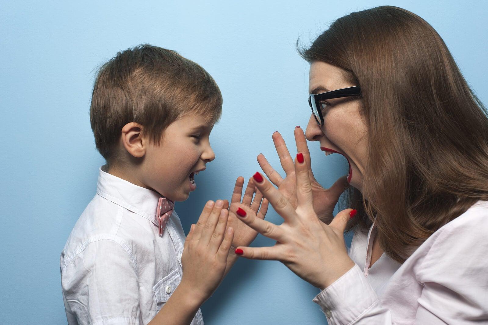 Madre e hijo gritando porque no tienen autocontrol.