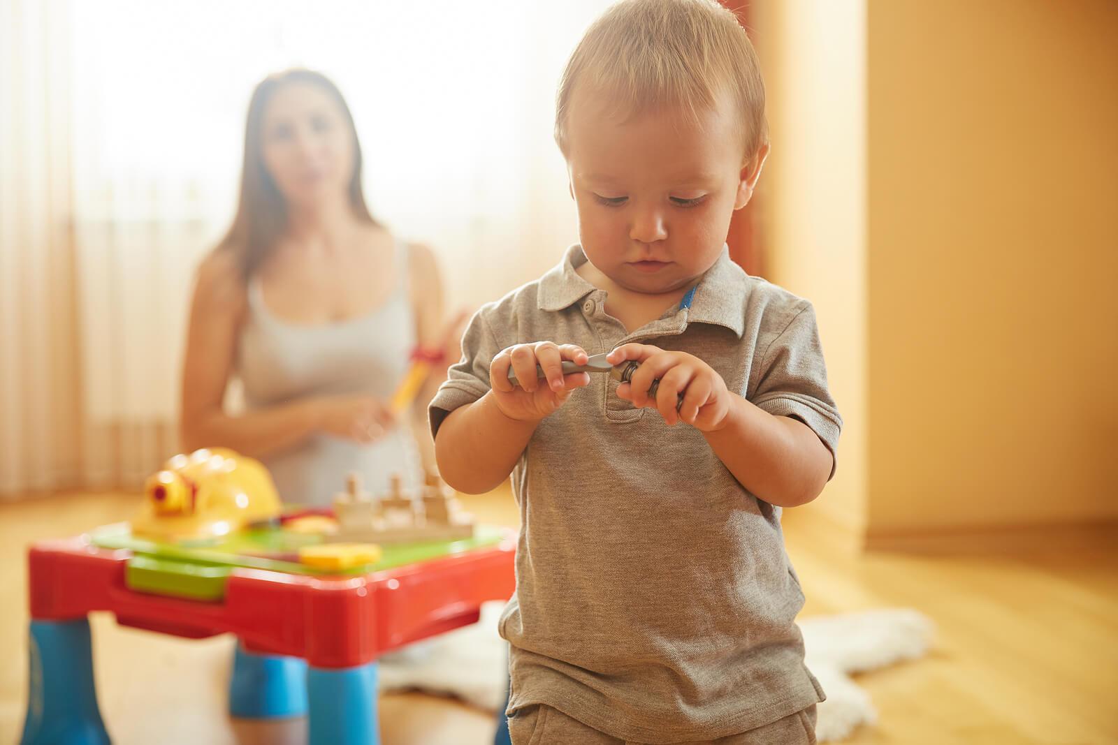 Niño pequeño aprendiendo del juego en paralelo.