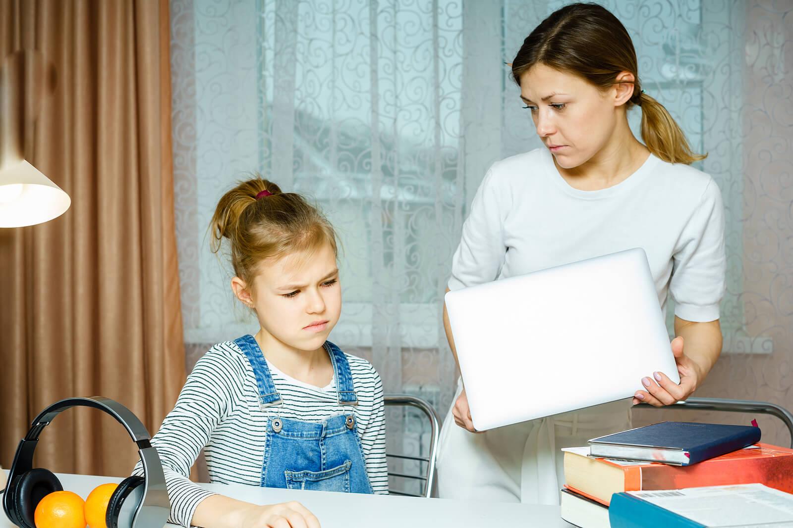 Madre intrusiva cotilleando las cosas personales de su hija.