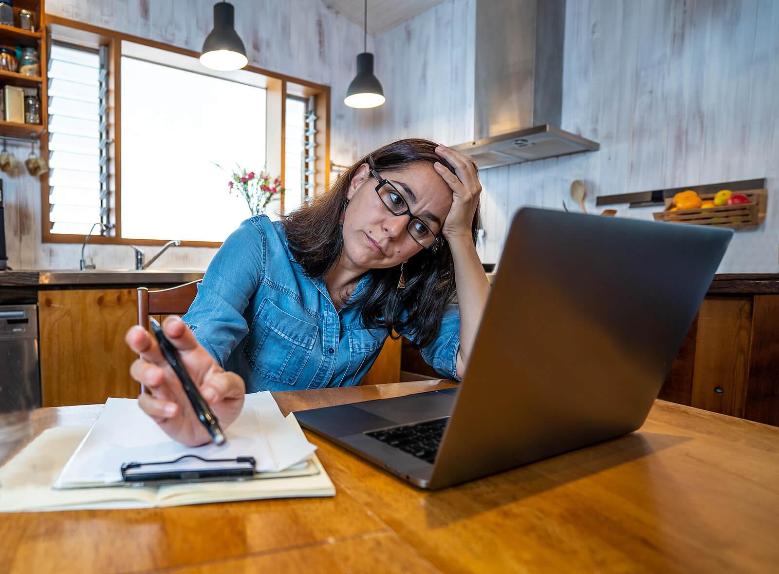 Mujer trabajando en casa agotada.