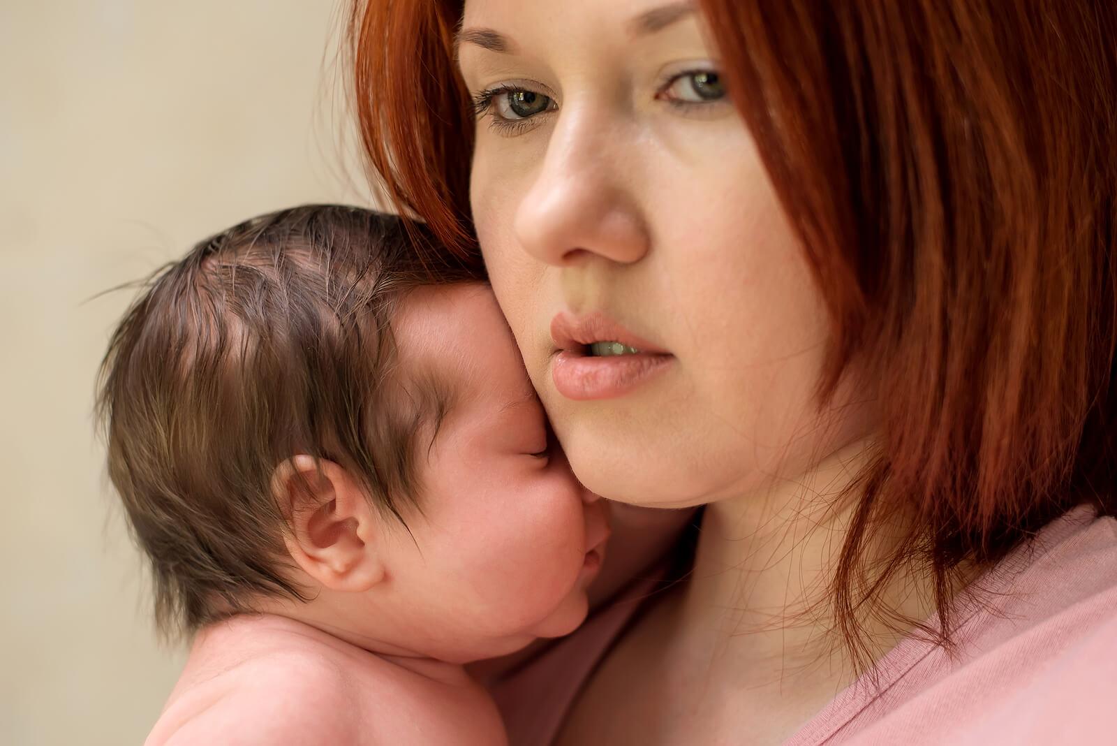 Mujer con ansiedad materna tras tener a su primer hijo.
