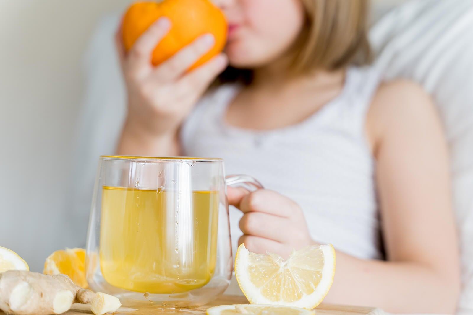 Niña bebiendo zumo de naranja.