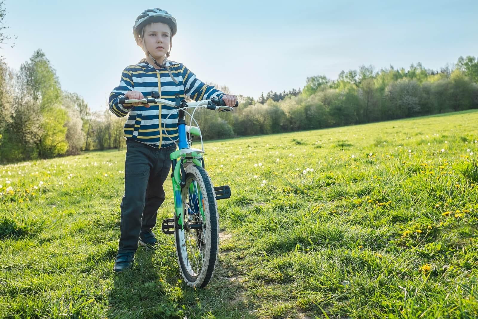 Niño con asma montando en bicicleta.