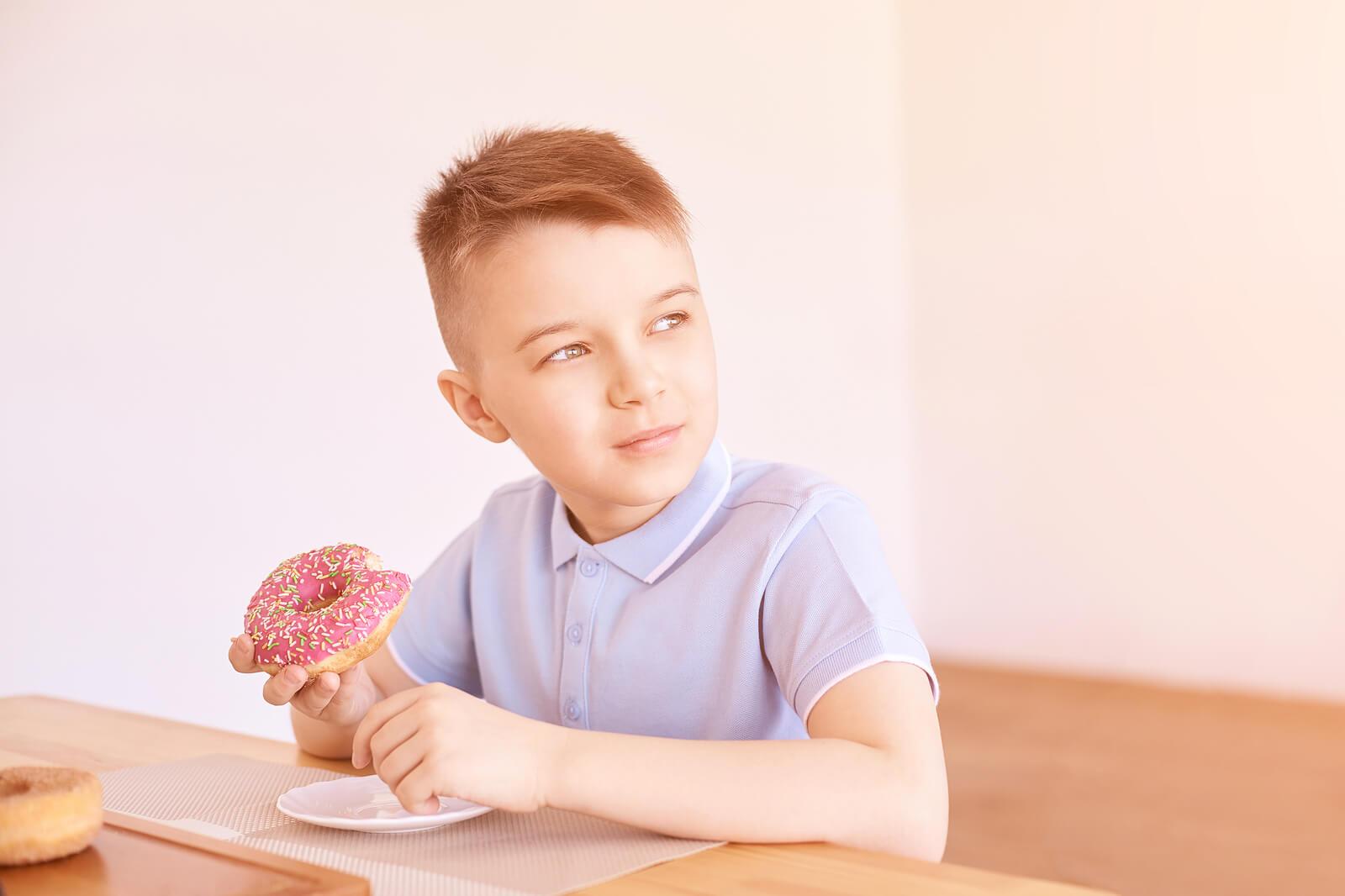 Niño comiéndose un donut.