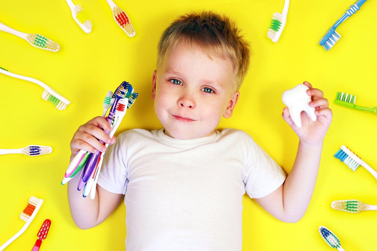 Niño con una buena salud bucodental gracias al enjuague bucal.