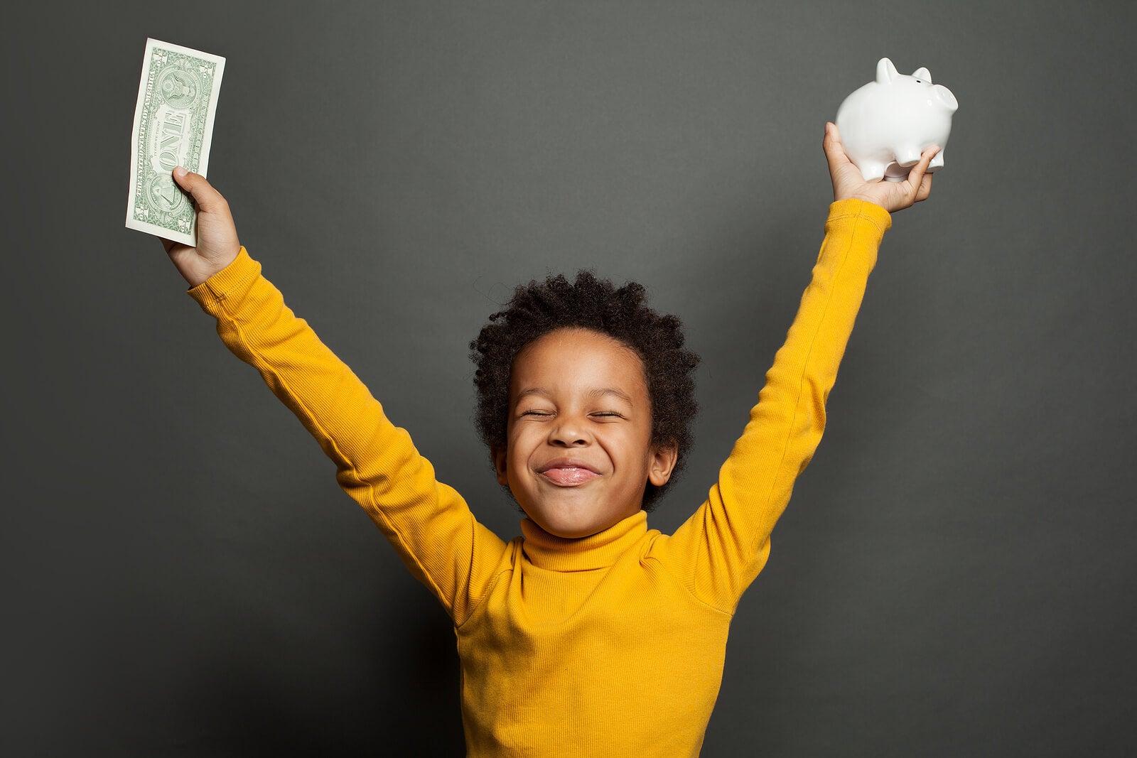 Niño contento con el dinero de su paga.