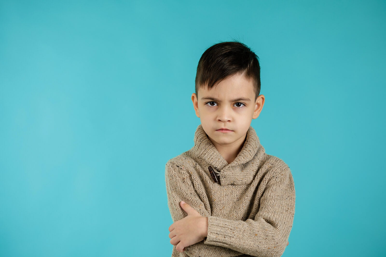 Niño sufriendo regresiones infantiles.