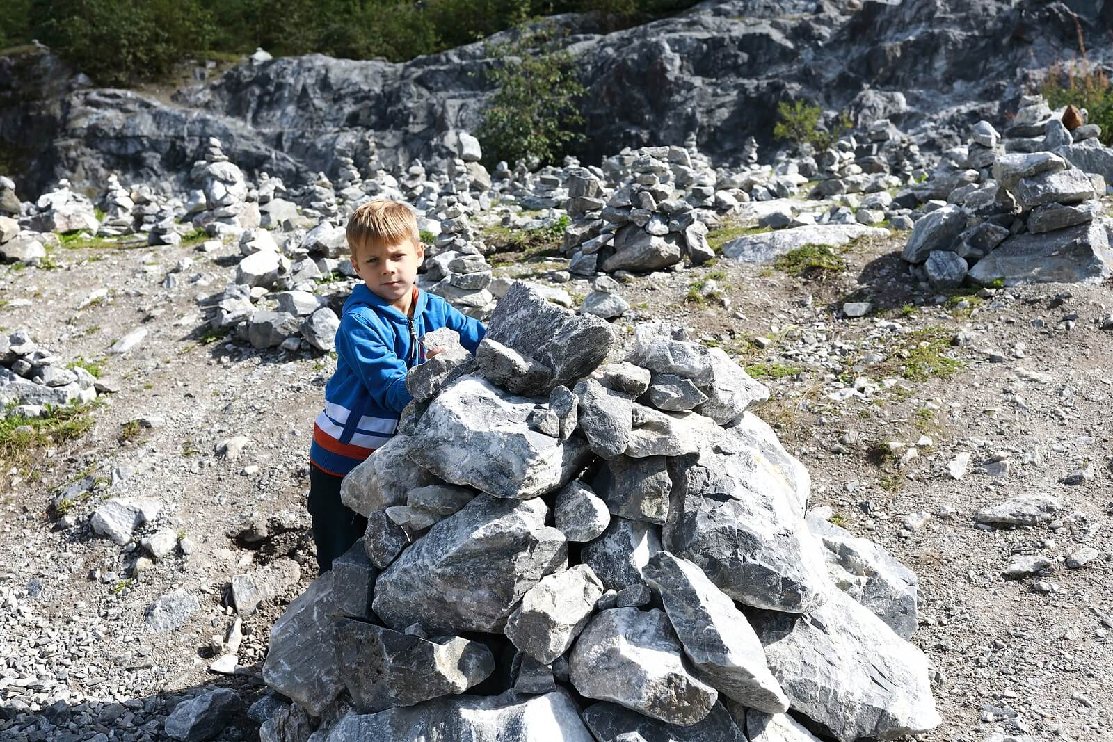 Niño en una excursión de geología.