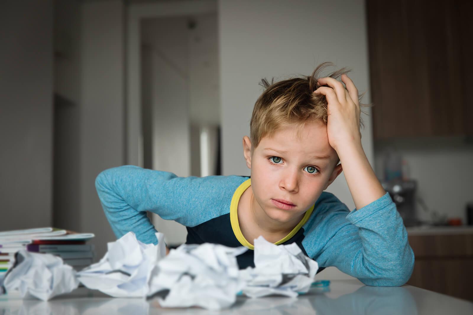 Niño frustrado con ansiedad.