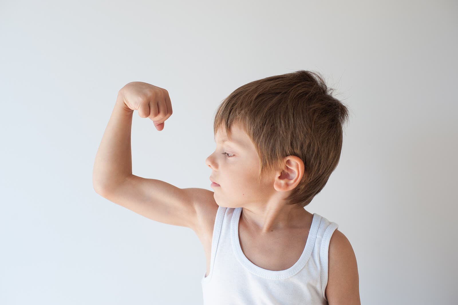 Niño enseñando su fortaleza.