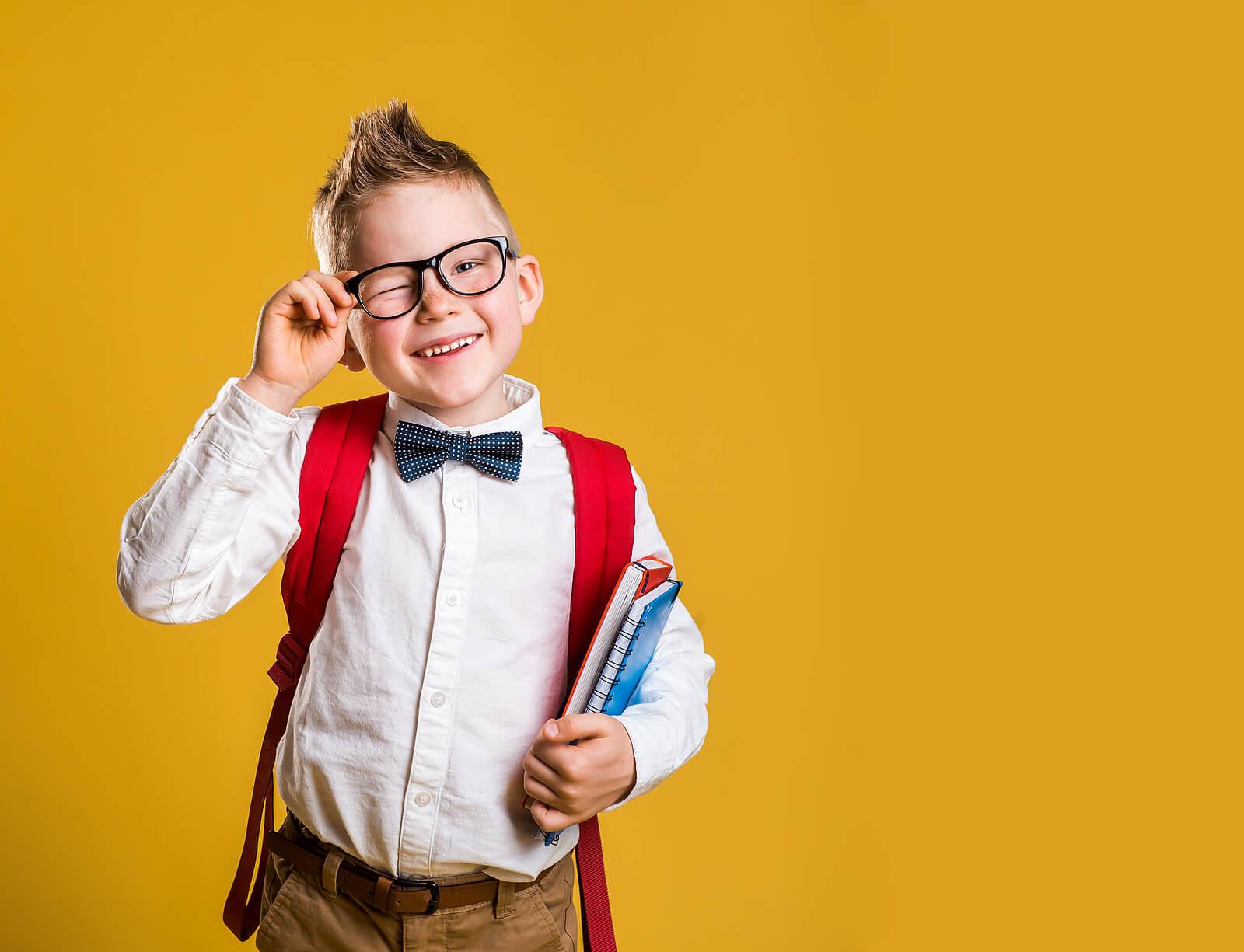 Niño genio yendo al colegio.