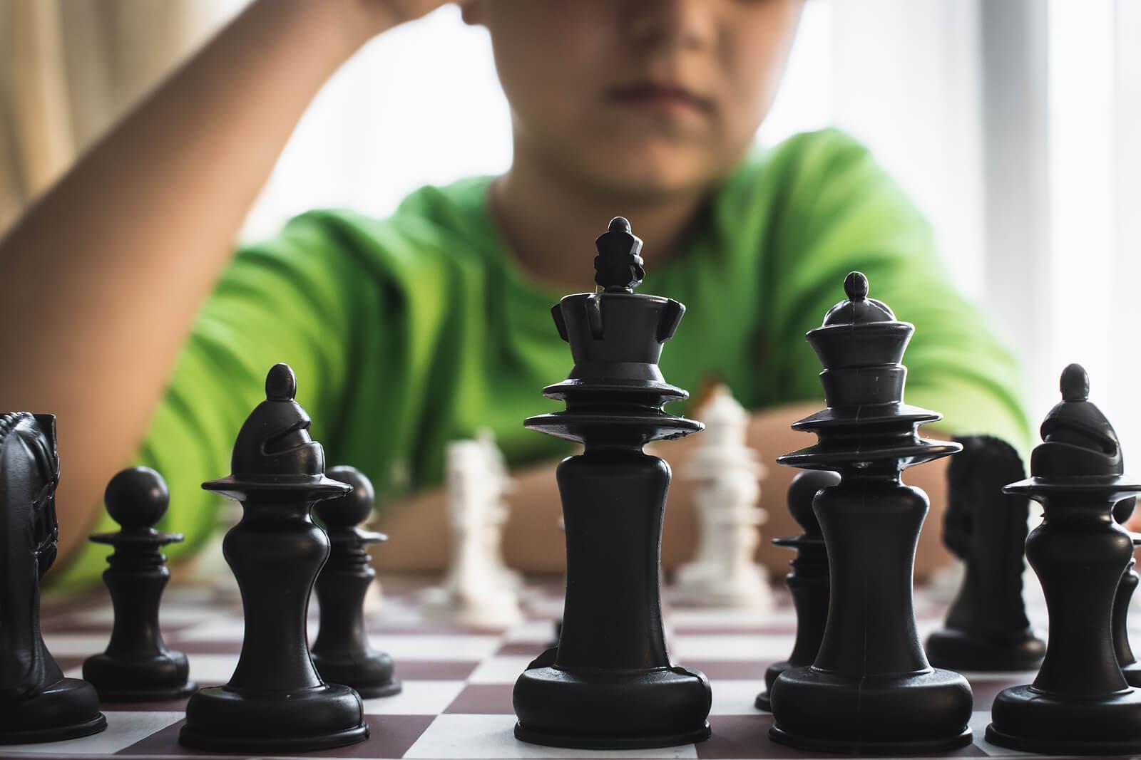 Niño genio jugando al ajedrez.