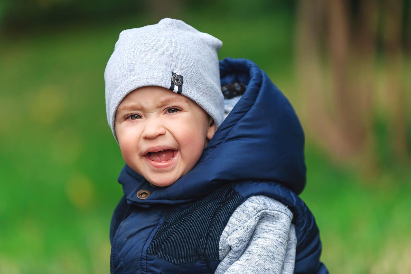 Niño llorando lleno de ira y rabia.
