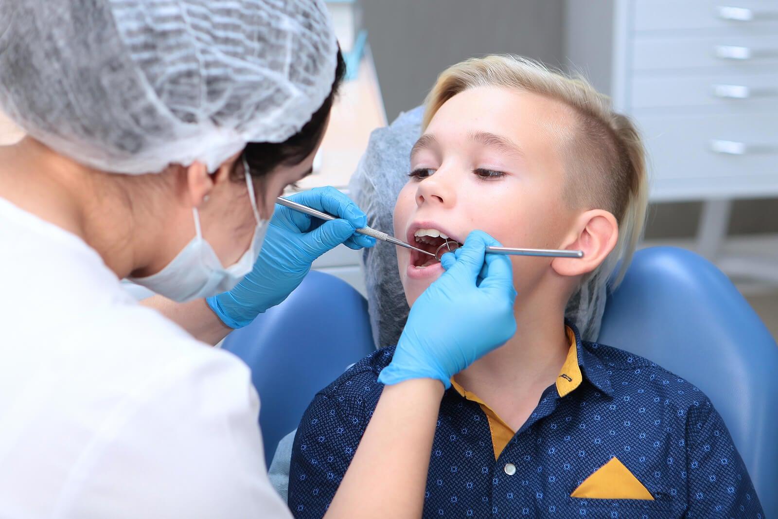 Niño en el dentista porque tienen que hacerle empastes en los dientes de leche.