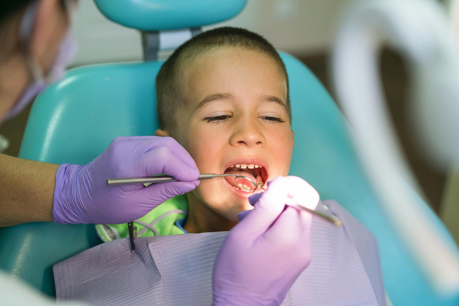Niño en una revisión en el dentista.