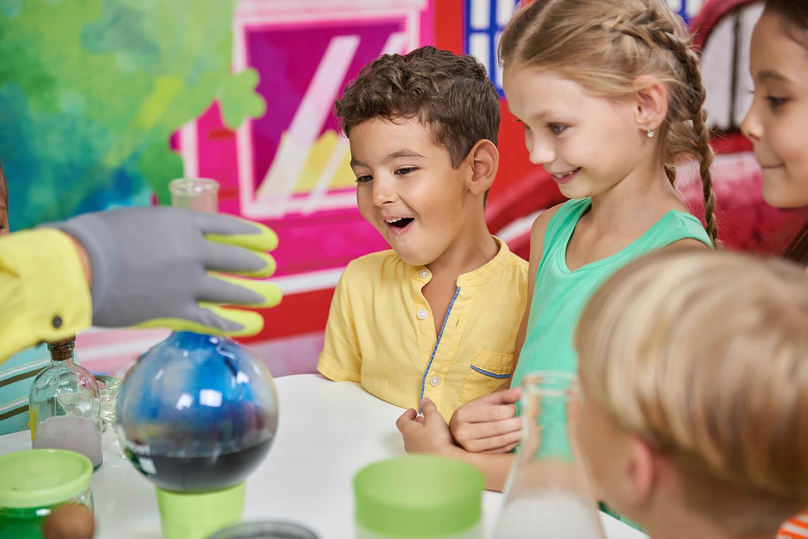 Niños recibiendo una educación STEAM.