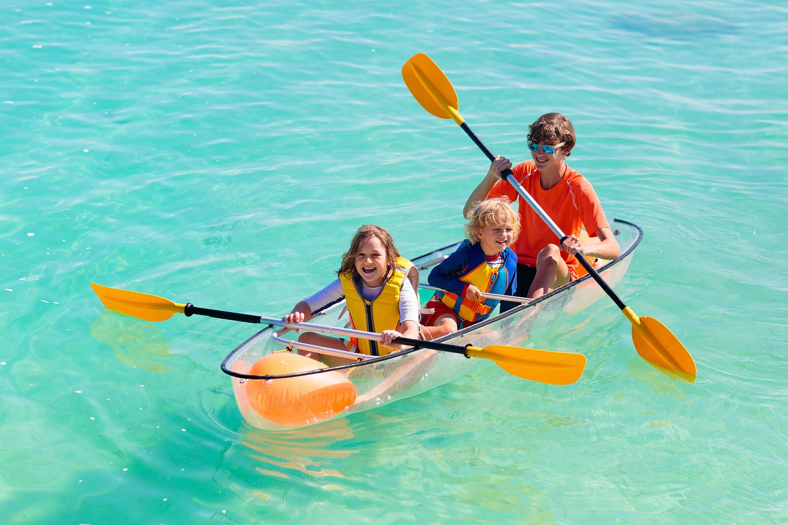Niño en un kayak gracias a los beneficios de practicar deporte.