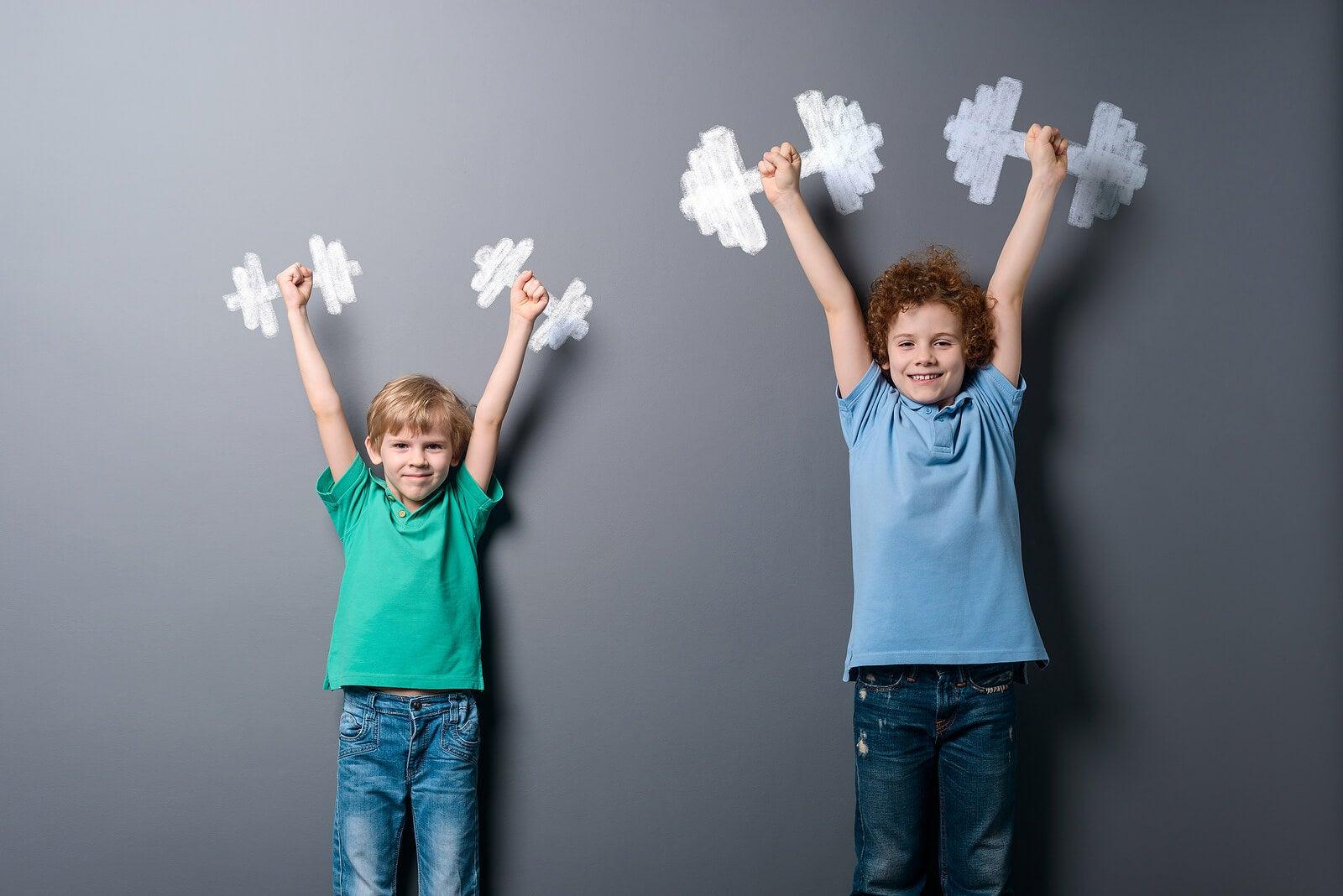 Niños levantando unas pesas imaginarias.