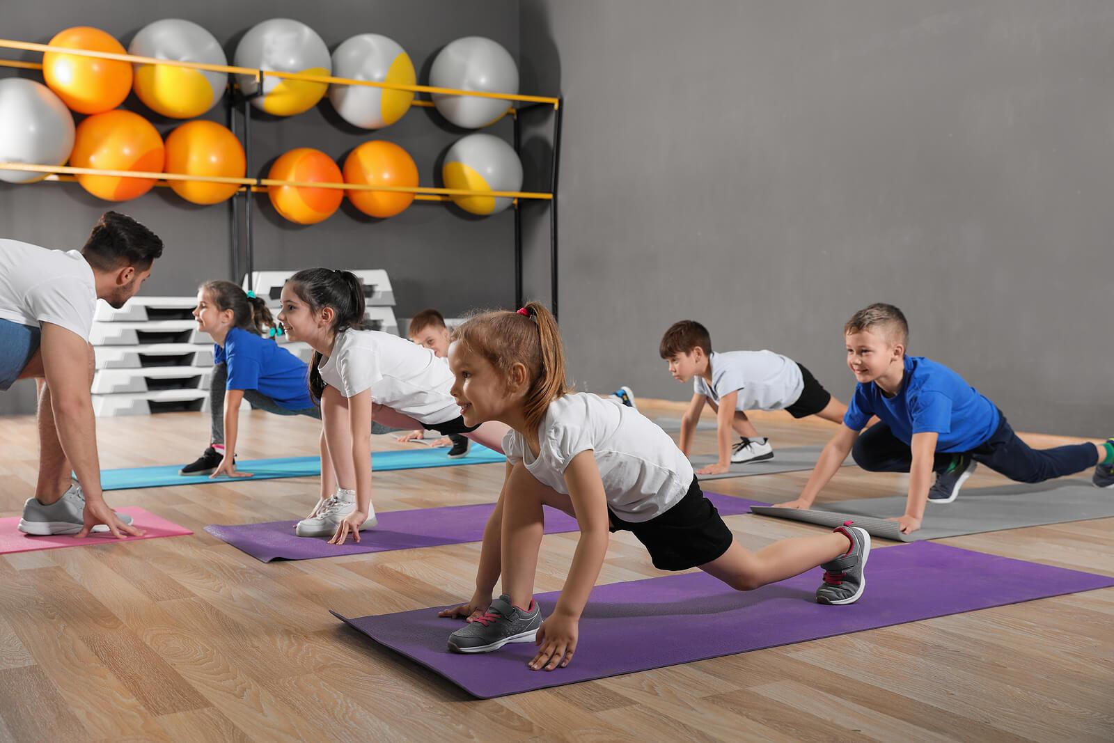 Niños haciendo un entrenamiento de resistencia.