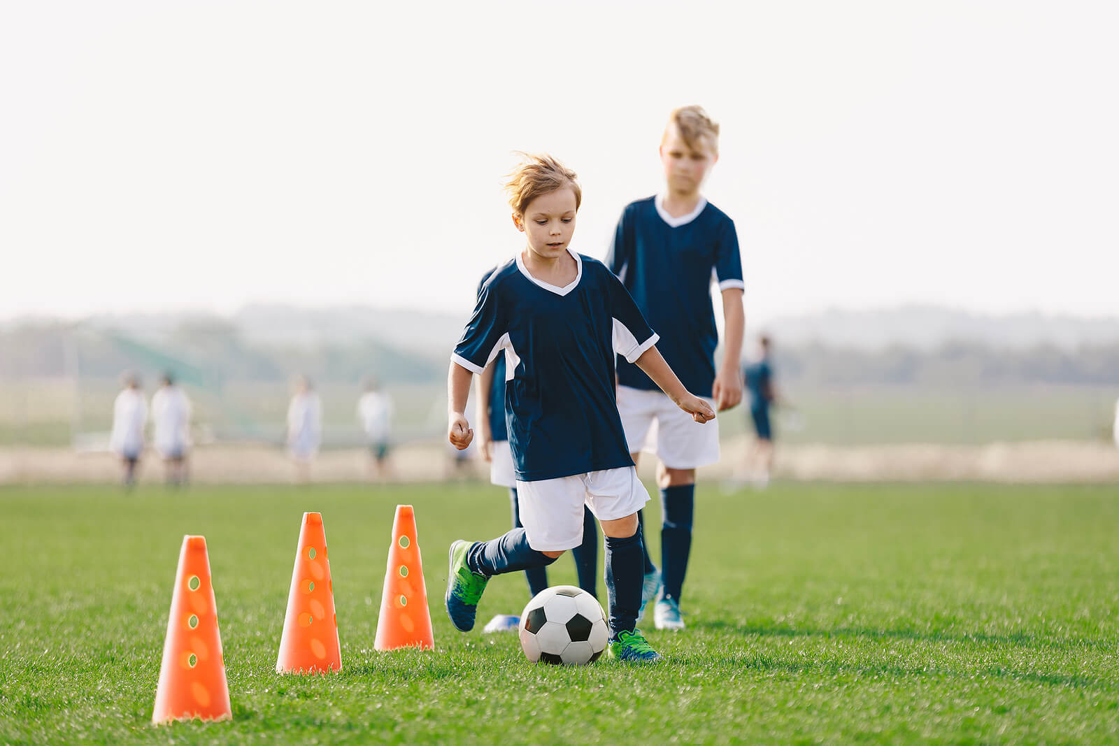 Niños en un entrenamiento de fútbol.