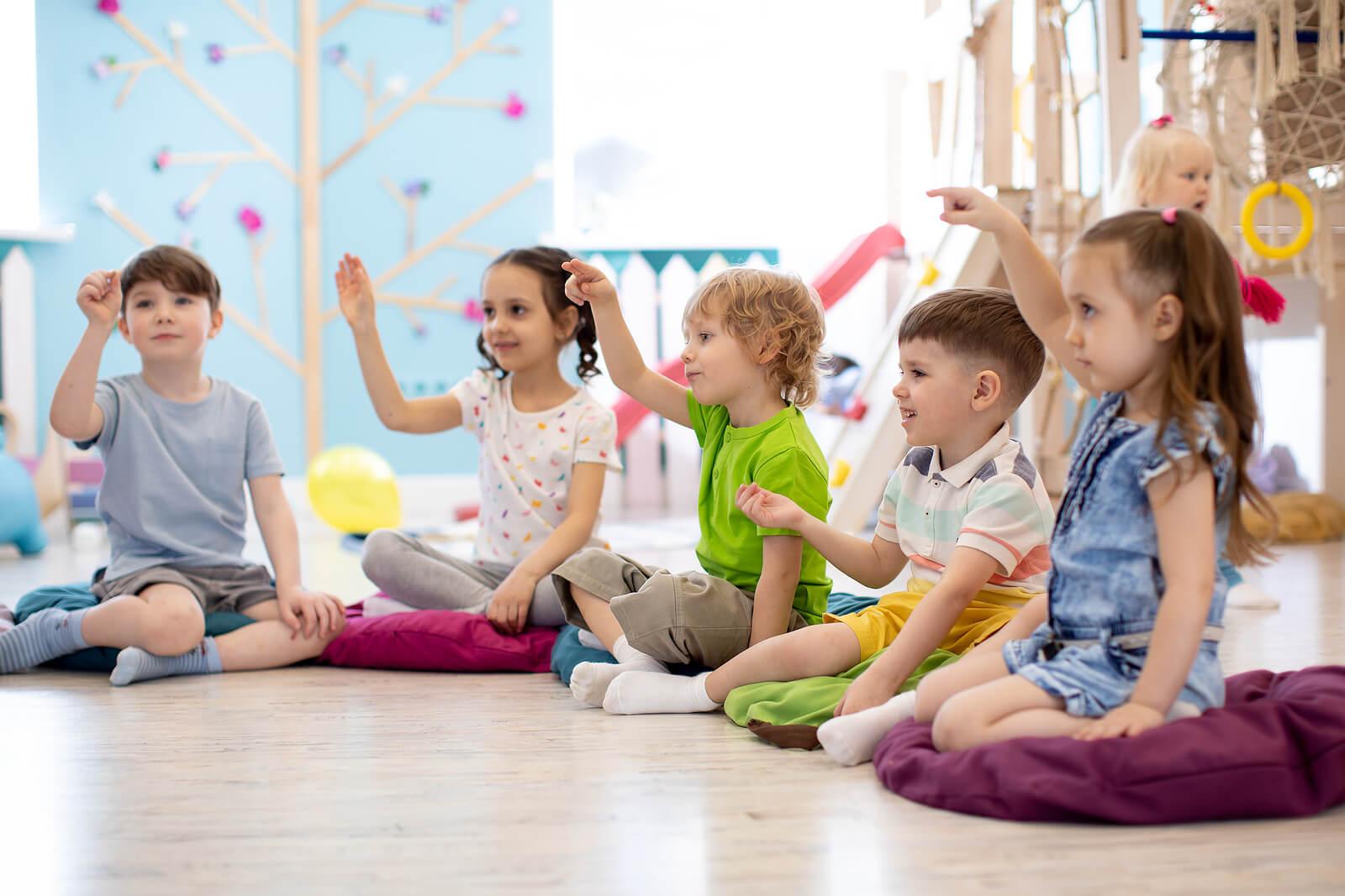 Niño haciendo el círculo mágico para la resolución de conflictos.