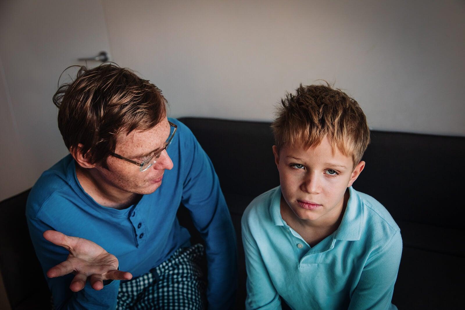 Père parlant à son fils adolescent.