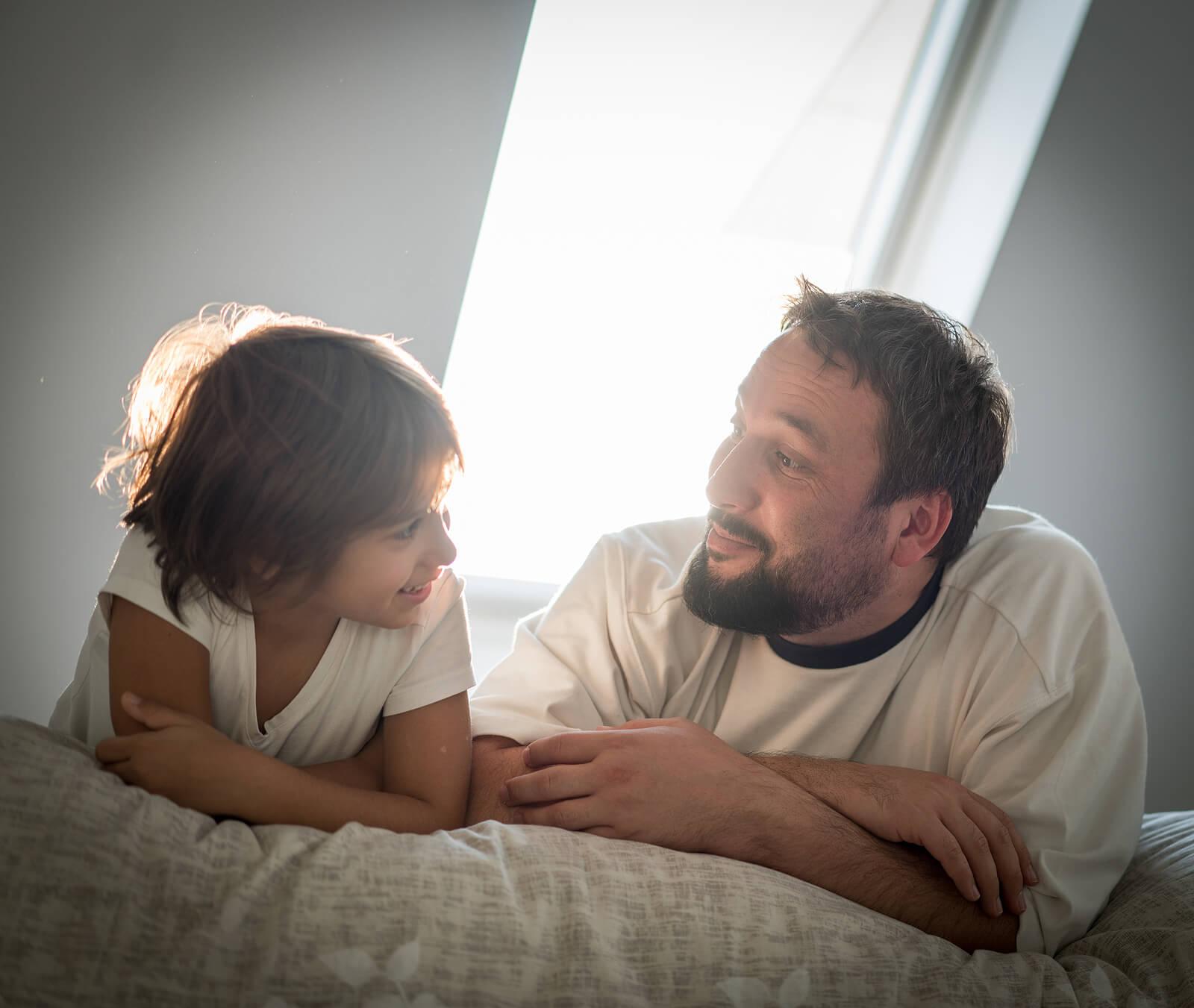 Padre e hijo hablando sobre aceptar las luces y las sombras de cada uno.