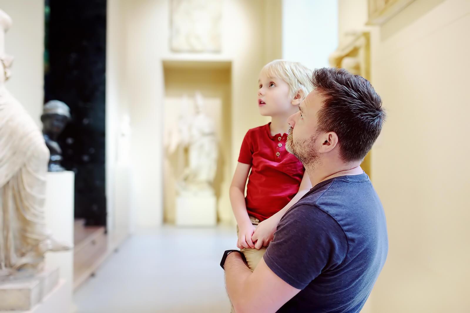 Padre con su hijo en un museo, fruto de la coparentalidad.