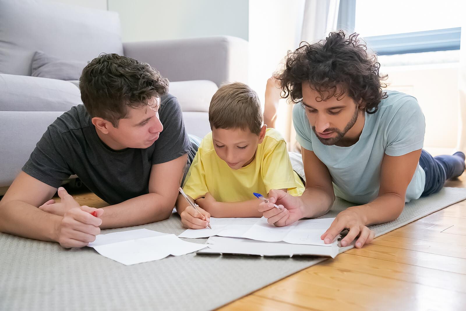 Padre implicando a su pareja en la crianza de su hijo.