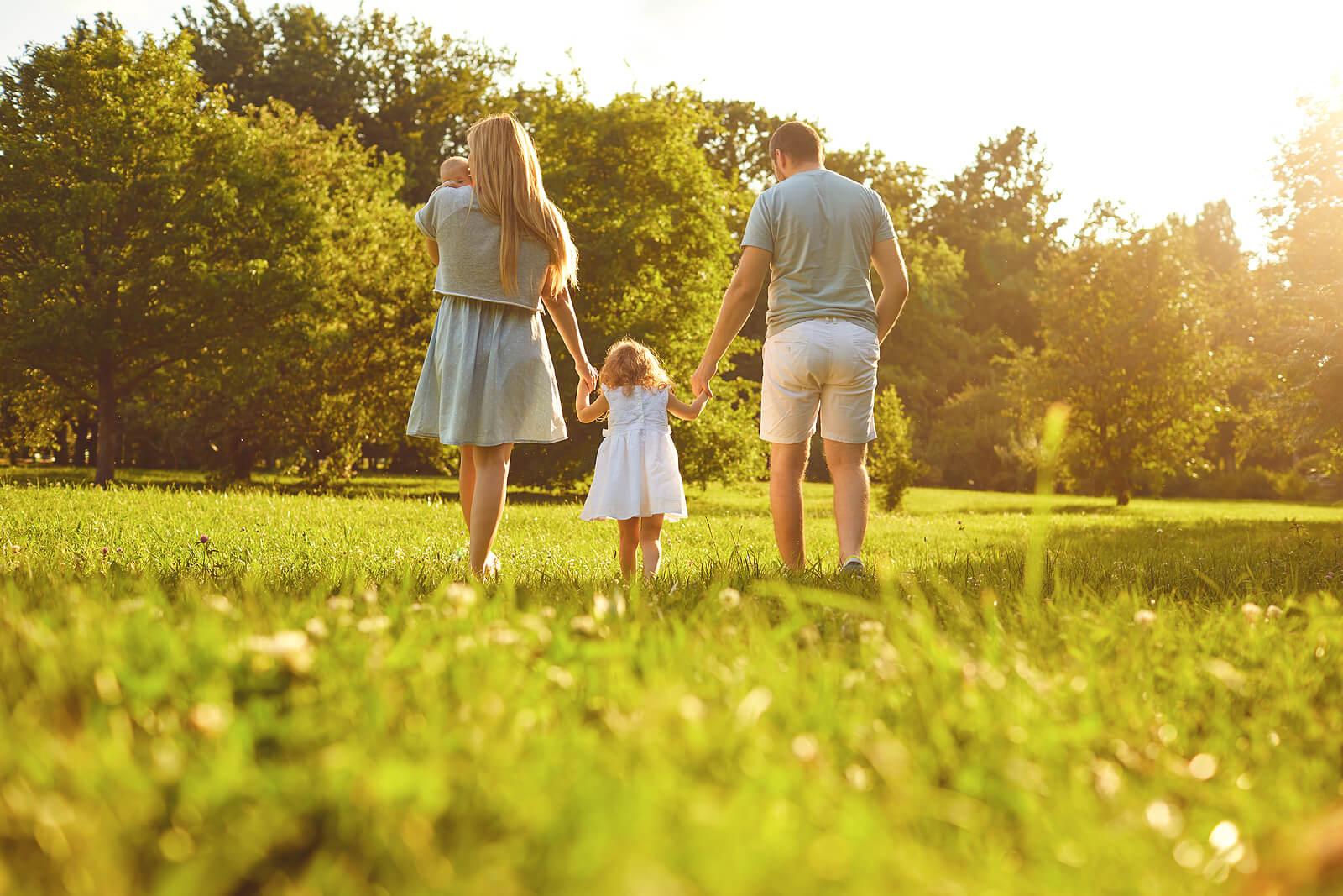 Sortie en famille pour offrir un attachement sécurisant aux enfants.