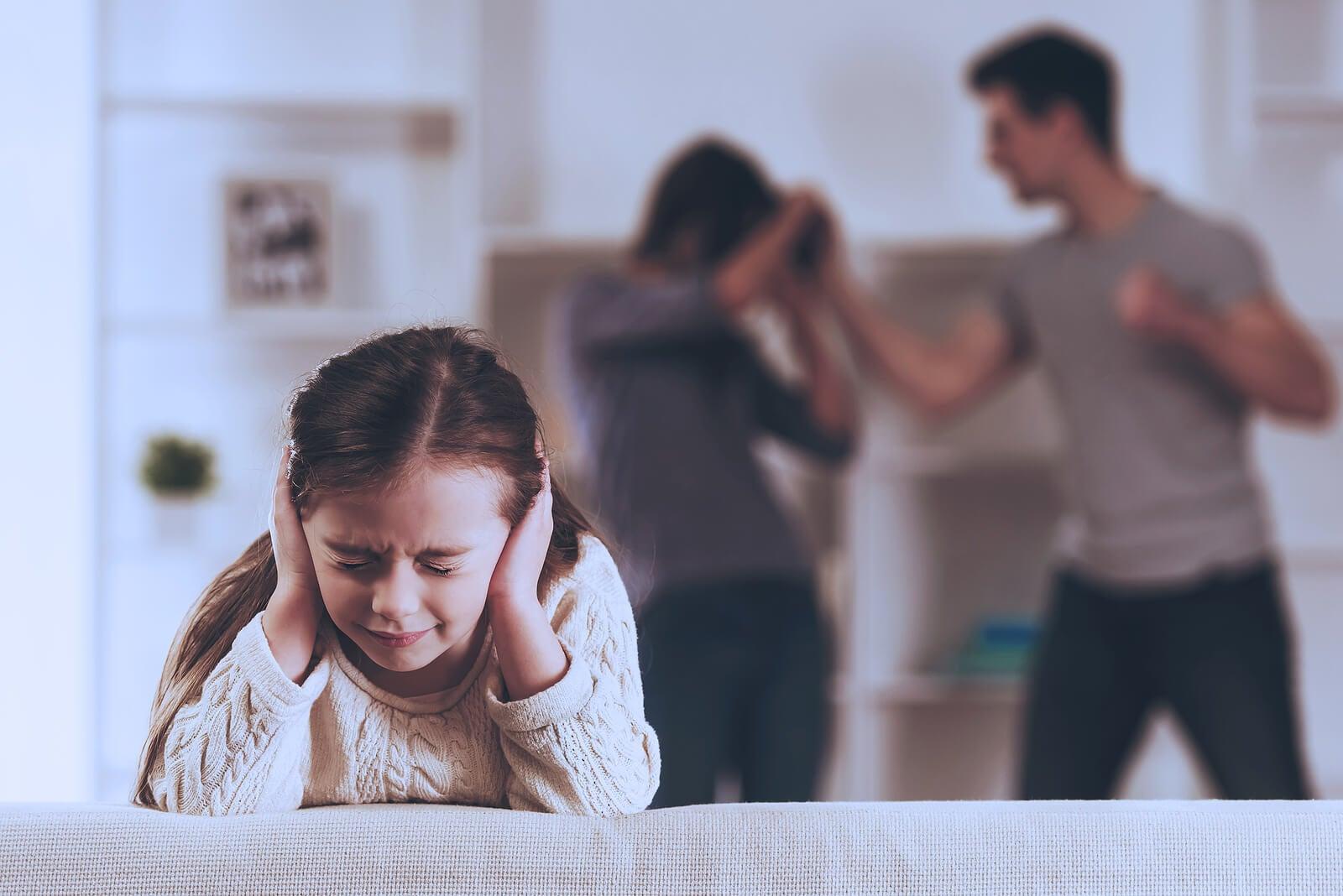 Niña aguantando los gritos de su padre hacia su madre.