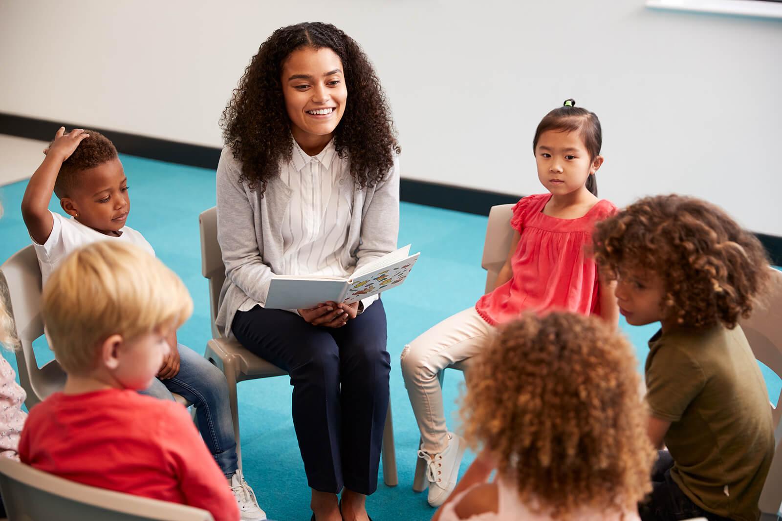 Profesora en clase con sus alumnos usando técnicas para formar grupos.