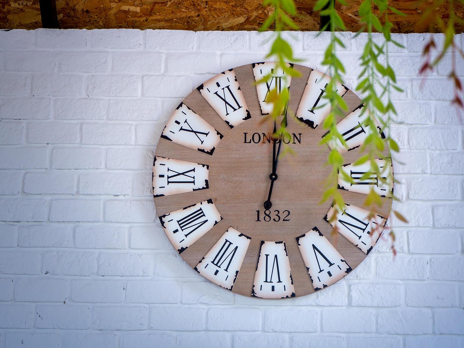 Reloj con las horas en números romanos.