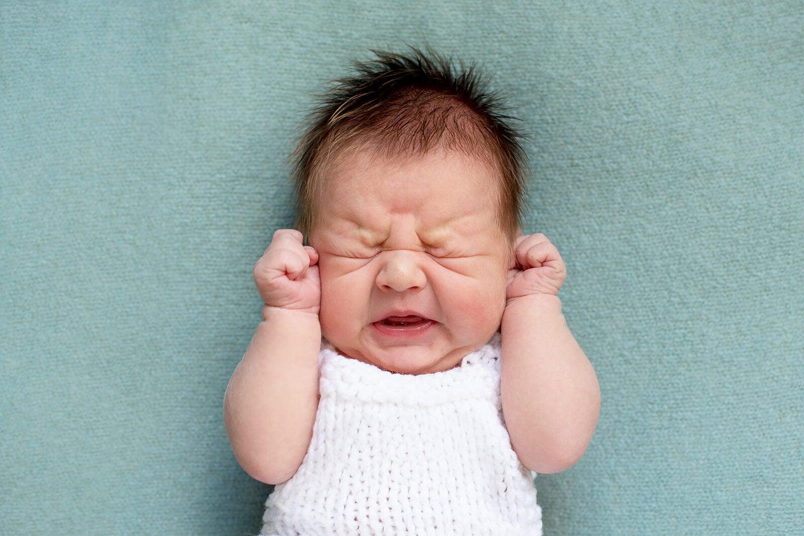 Bebé recién nacido con síndrome de abstinencia neonatal.