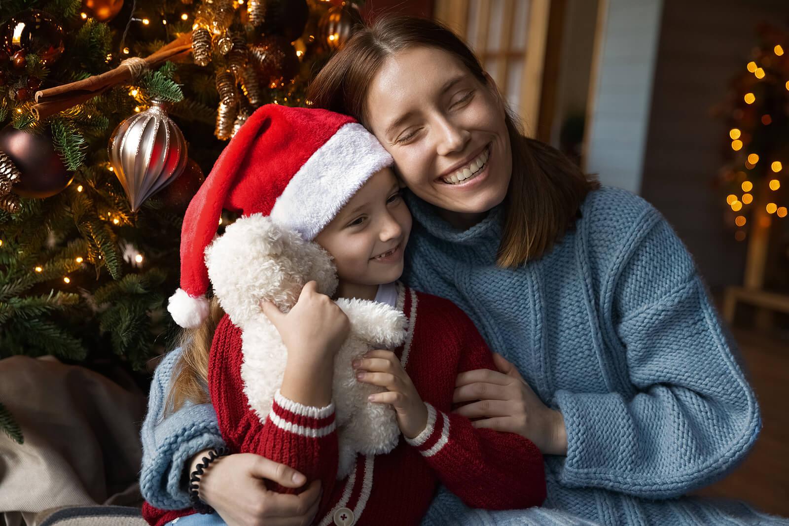Madre e hijo dándose un abrazo por Navidad.
