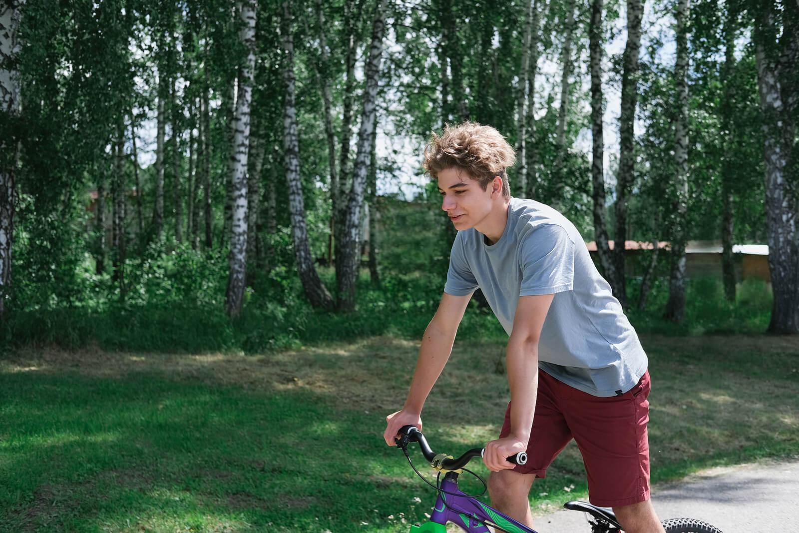 Adolescente montando en bicicleta en su tiempo libre.