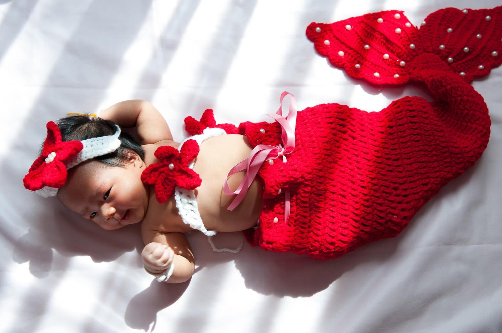 Bebé con un traje de sirena.