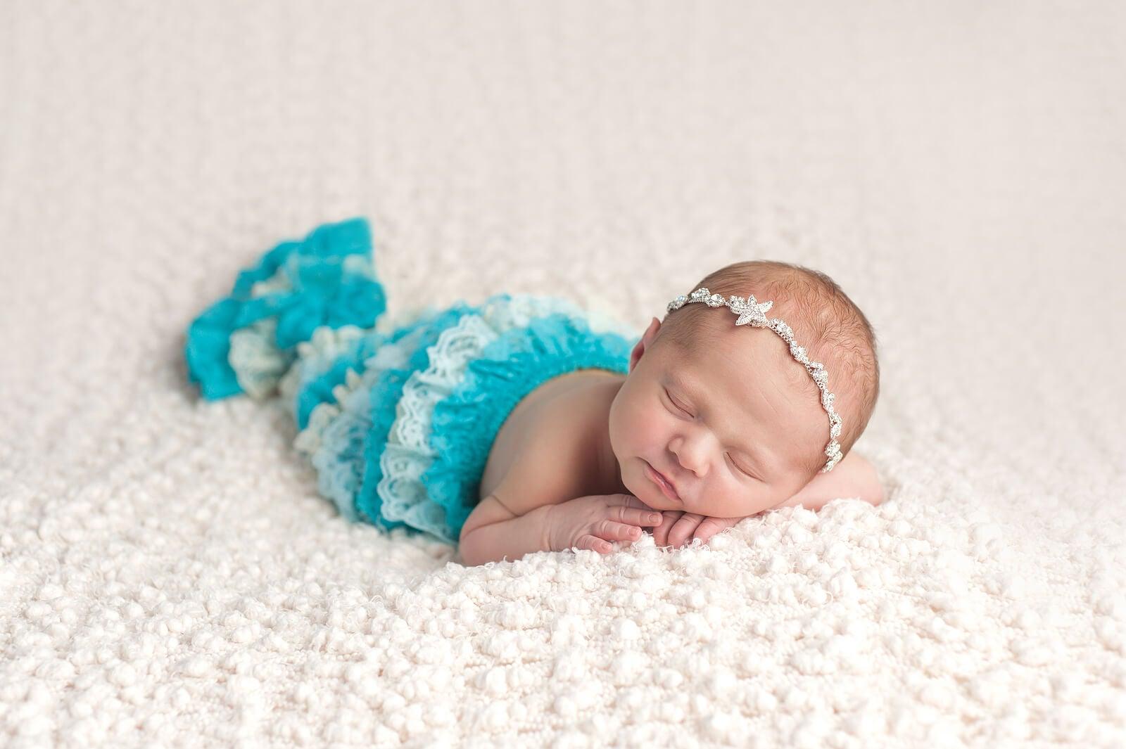 Bebé con un nombre inspirado en el mar disfrazada de sirena.
