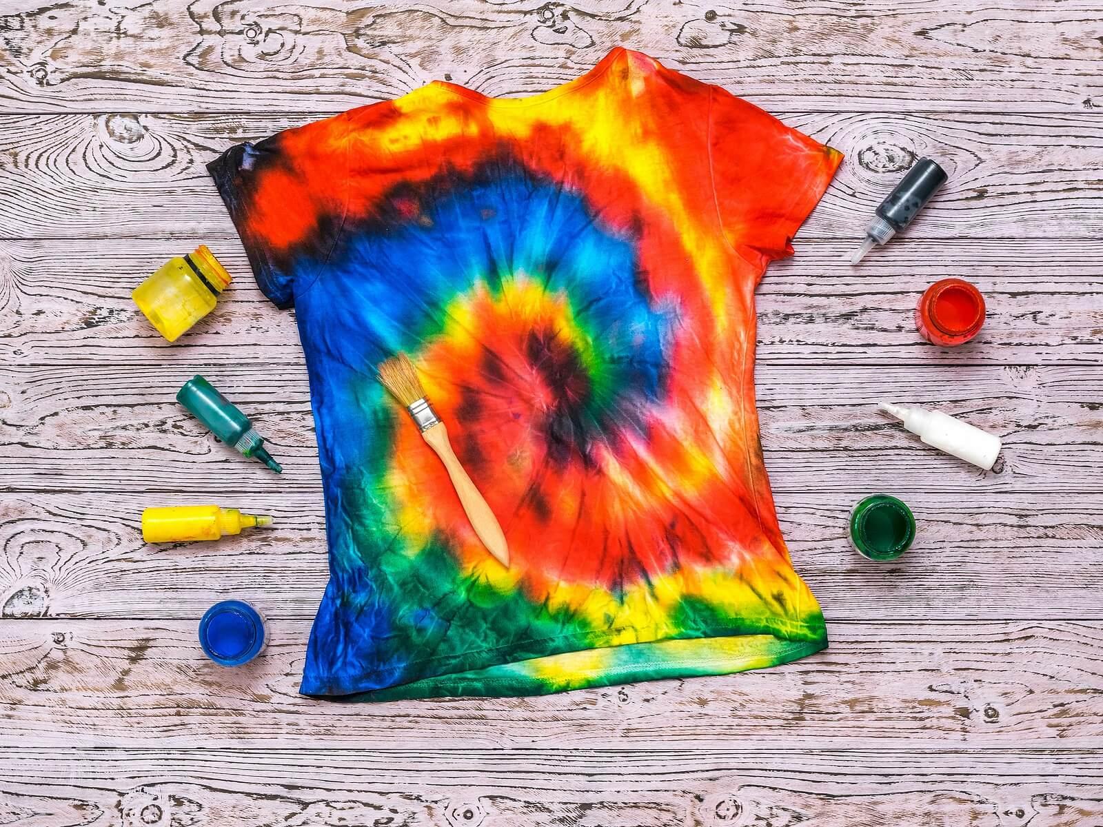 Camiseta pintada, una de las dinámicas de creatividad para niños.