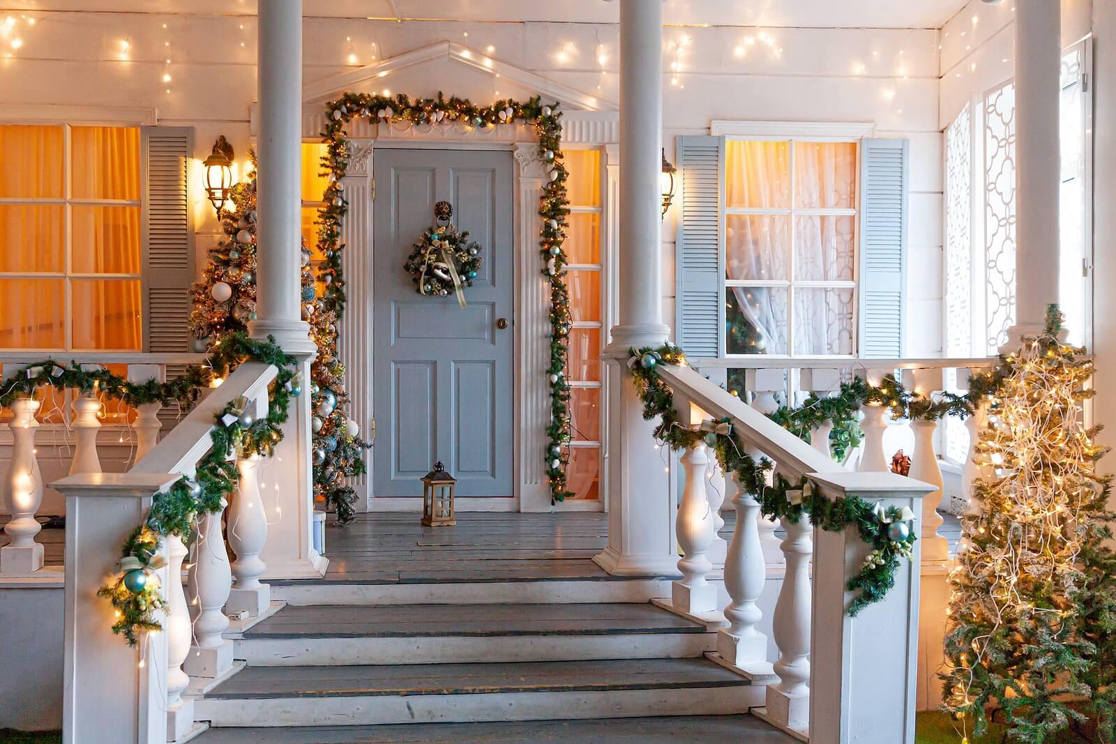 Casa decorada por Navidad porque hay relación entre la decoración navideña y la felicidad.