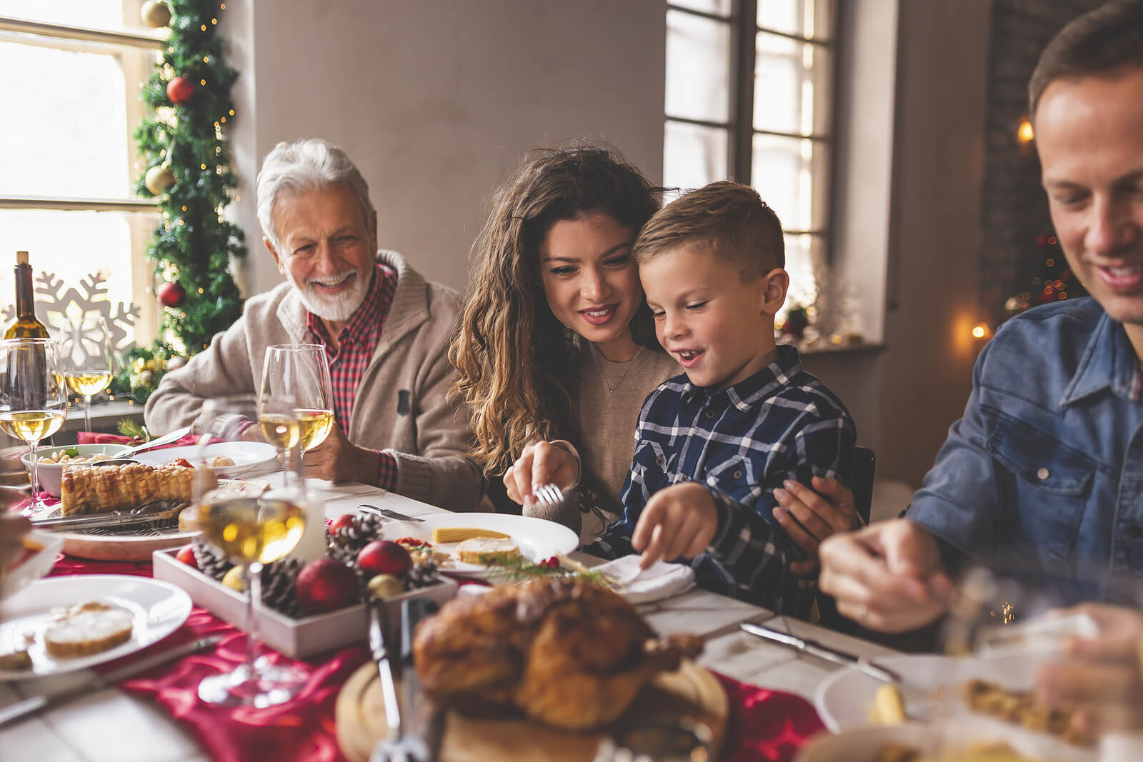 Familia evitando los conflictos en Navidad mientras cenan.