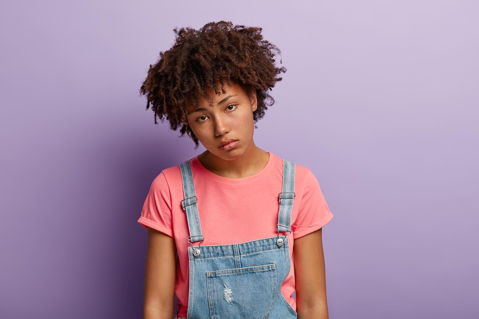 Chica adolescente triste con deudas emocionales.