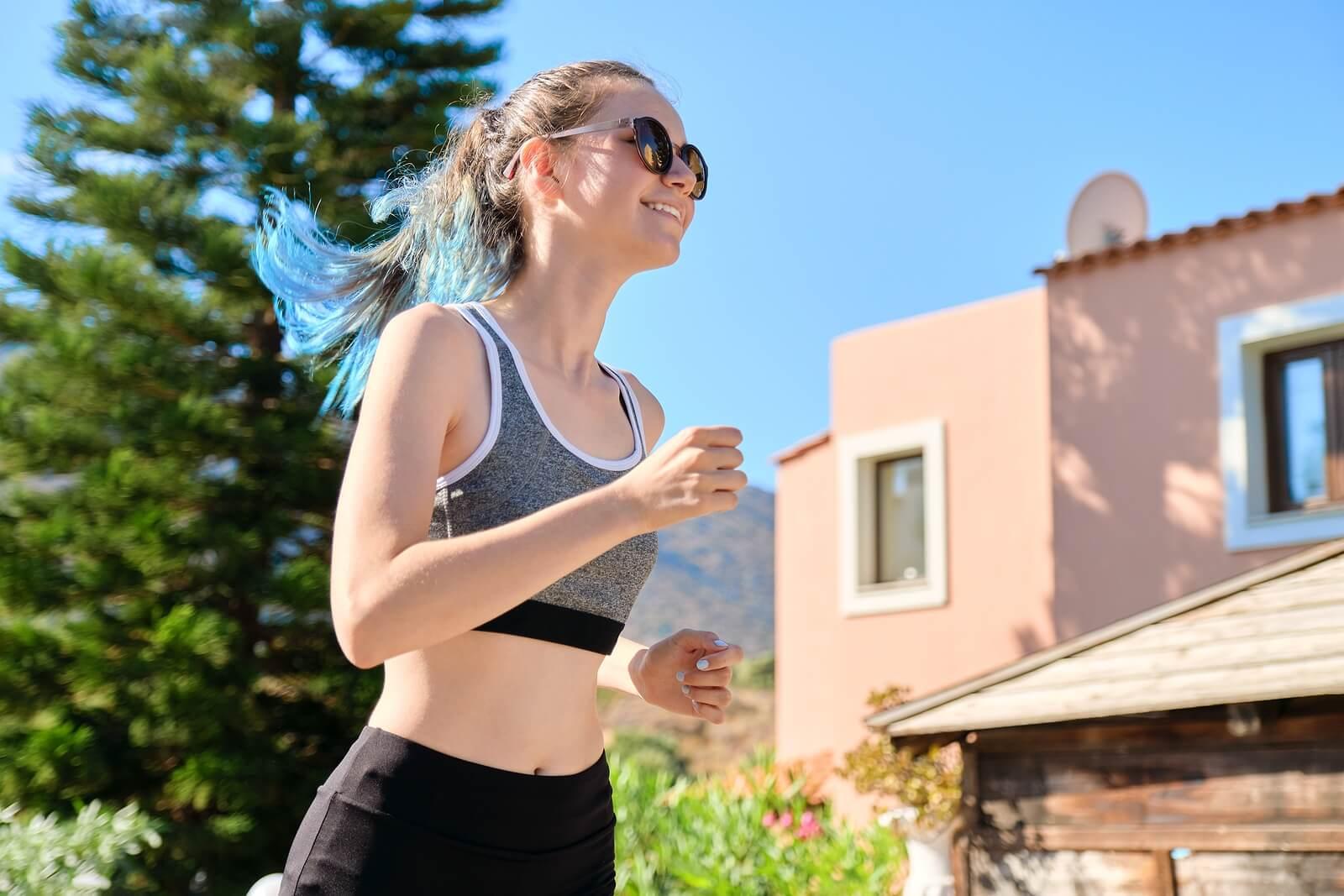 Adolescente haciendo ejercicio físico.